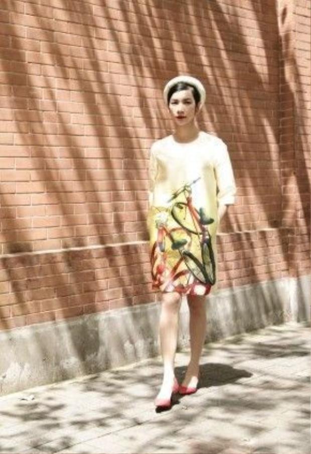 Hầu hết các mẫu thiết kế của bộ sưu tập mini này đều mang dáng suông rộng rãi, phù hợp với thời tiết mùa hè nóng bức và nhiều dáng người.