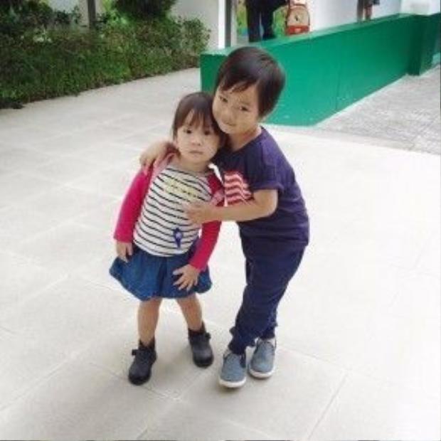 Rio và Cherry được cho học cùng trường mầm non nên hai anh em rất thân thiết với nhau.