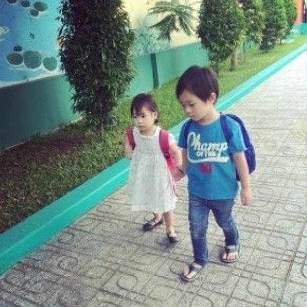 Anh cả Rio nắm tay em gái Cherry đi học chăm chỉ.