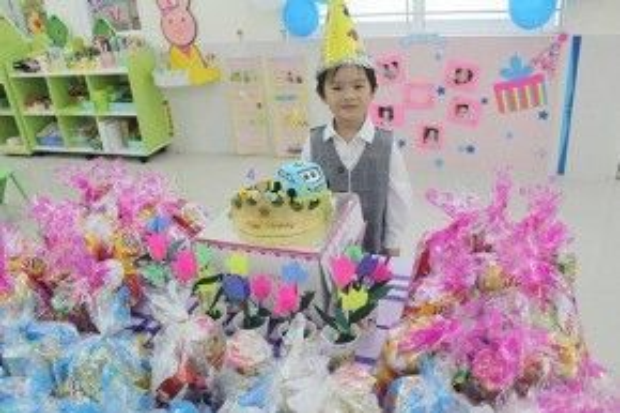 Rio được tổ chức sinh nhật tại lớp với các bạn.