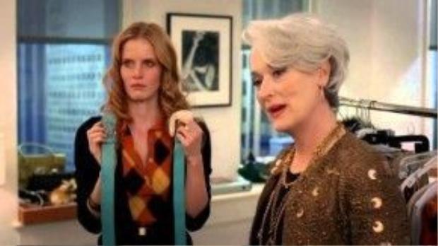 """Và chắc có lẽ nhiều fashionista vẫn luôn nhớ như in hình bóng Miranda trong lãnh địa thời trang với sự khó khăn đến độ khắc nghiệt khi bắt tất cả nhân viên phải mang giày cao gót. Nếu bất kì ai trong tòa soạn không chịu tuân theo mệnh lệnh mà bà chúa Runway đưa ra thì kết cục là bạn đã """"đủ điều kiện"""" được nghỉ hưu non đấy!"""