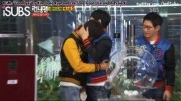 Joong Ki ôm chia tay mọi người