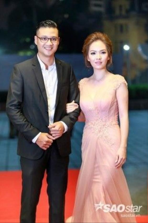 Đạo diễn Khải Anh và bà xã Đan Lê tay trong tay bước trên thảm đỏ. Bộ phim Tuổi thanh xuândo Khải Anh đạo diễn cùng Bùi Tiến Huy và Myung Hyun Woo nhận giải giải Cánh diều vàngở thể loại phim truyền hình.