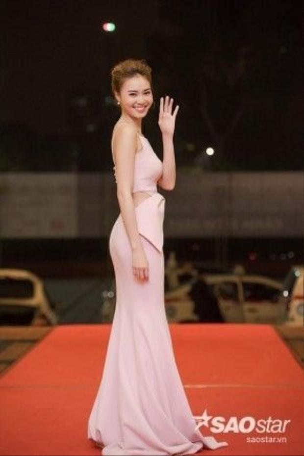Ninh Dương Lan Ngọc khéo léo khoe đường cong gợi cảm. Cô nhận Nữ diễn viên chính xuất sắc thể loạiphim điện ảnh cho bộ phim Trúng số.