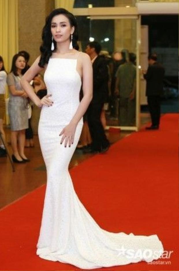 Phan Lê Ái Phương đầy quyến rũ với bộ đầm màu trắng đuôi cá.