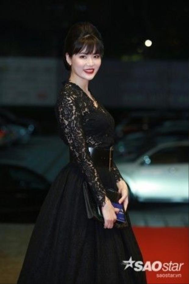 Hoa hậu Thu Thủy kín đáo khi lựa chọn phong cách cổ điển.
