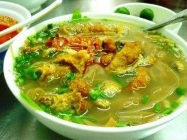 Bánh đa tươi ăn kèm với canh cá Quỳnh Côi phải là sợi mềm, ngọt nhưng vẫn mịn và dai, tạo dấu ấn riêng biệt cho món này.
