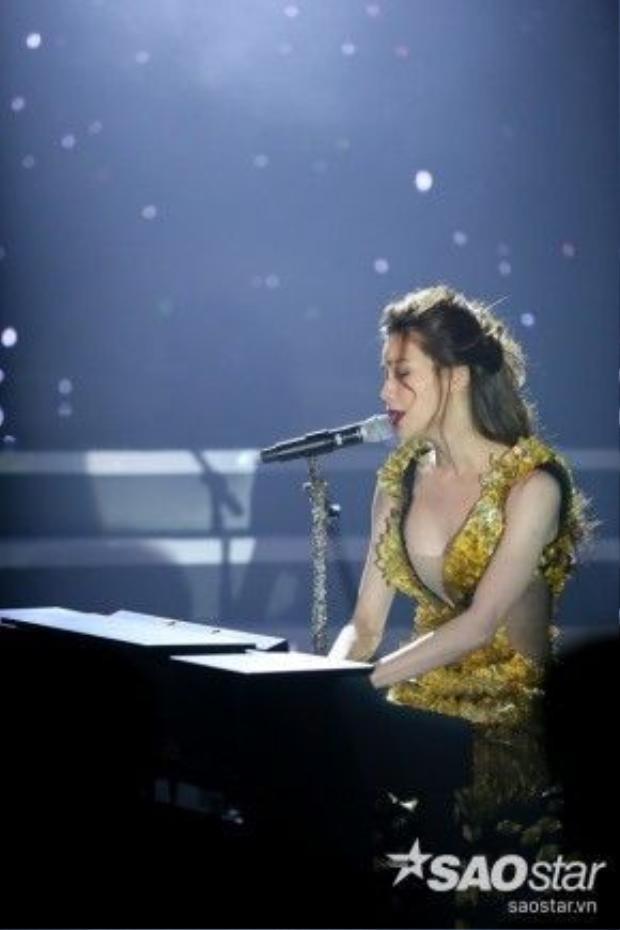 Hồ Ngọc Hà đánh đàn piano cùng những ca khúc như 'rót buồn vào tim' khán giả.