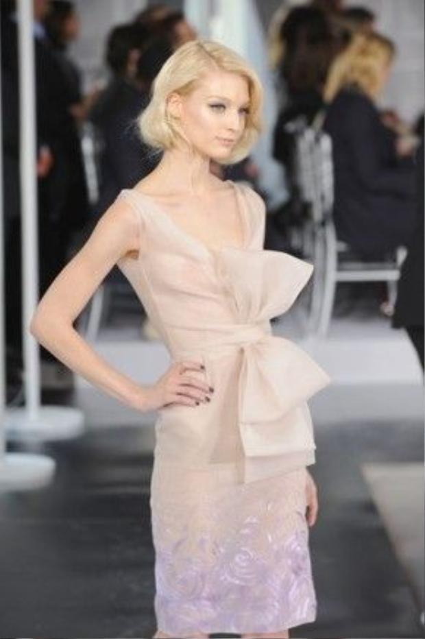 Hay với một thiết kế khác của Dior hiện đại với chiếc nơ thắt bướm phía trước.