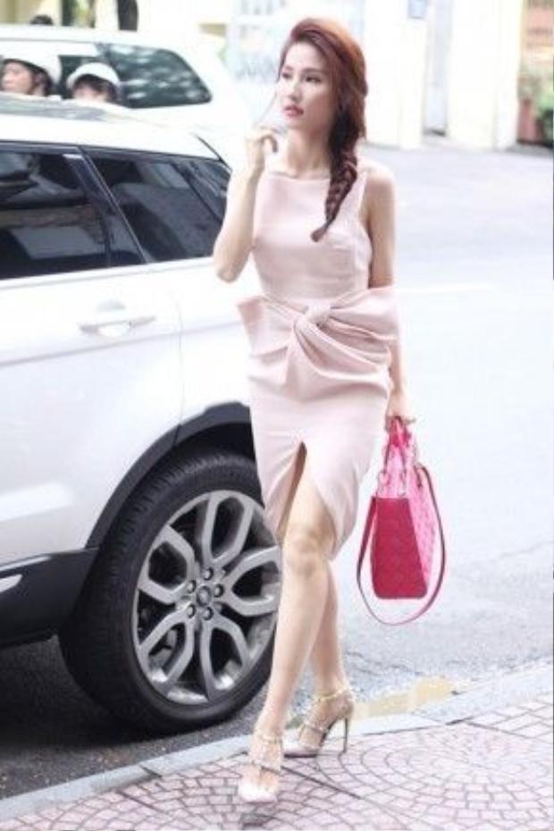 Một thiết kế có dáng tương xứng được Diễm My diện cho những lần xuống phố khi phần chân váy được làm ngắn và ôm hơn với thân dưới.
