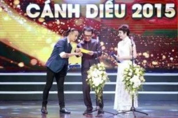 Ca sĩ Phạm Anh Khoa trên sân khấu lễ trao giải Cánh Diều Vàng 2015.