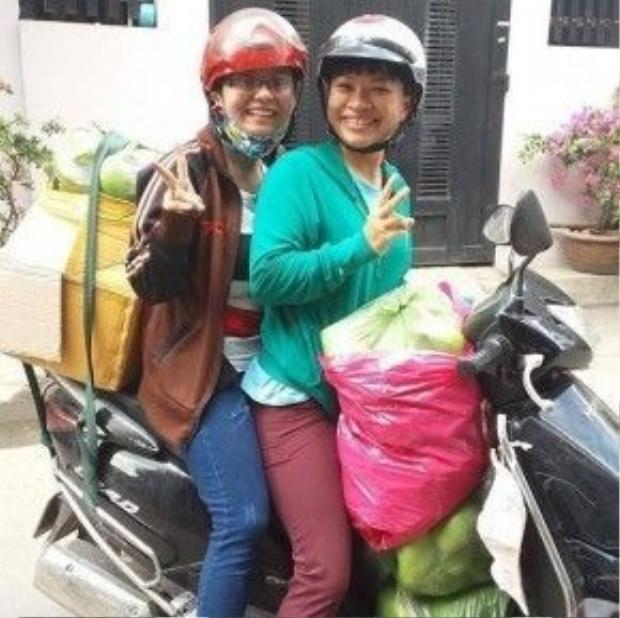 Một số người mua xoài ủng hộ bà con nông dân Định Quán.