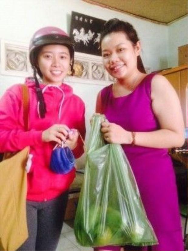 Thảo Nguyên (phải) là người trực tiếp kêu gọi mọi người tiêu thụ xoài giúp nông dân Định Quán.