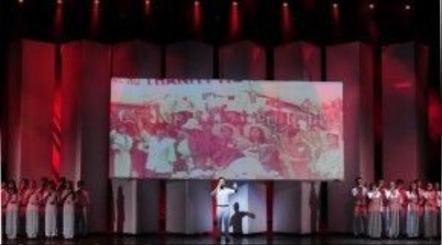 Sân khấu được dựng hùng tráng phù hợp với không khí cho mỗi tiết mục biểu diễn.
