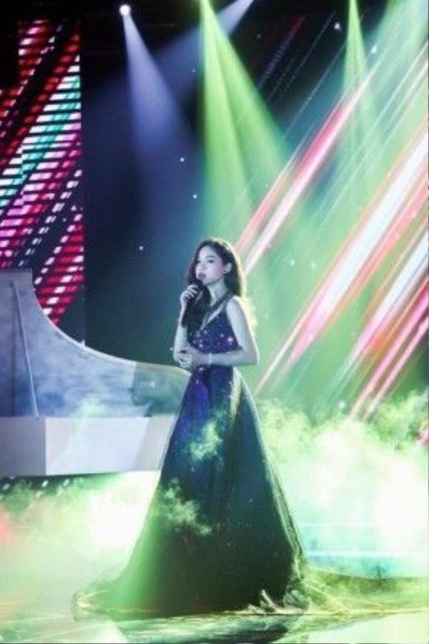 Chiếc đầm dài được thiết kế kì công của NTK Chung Thanh Phong.