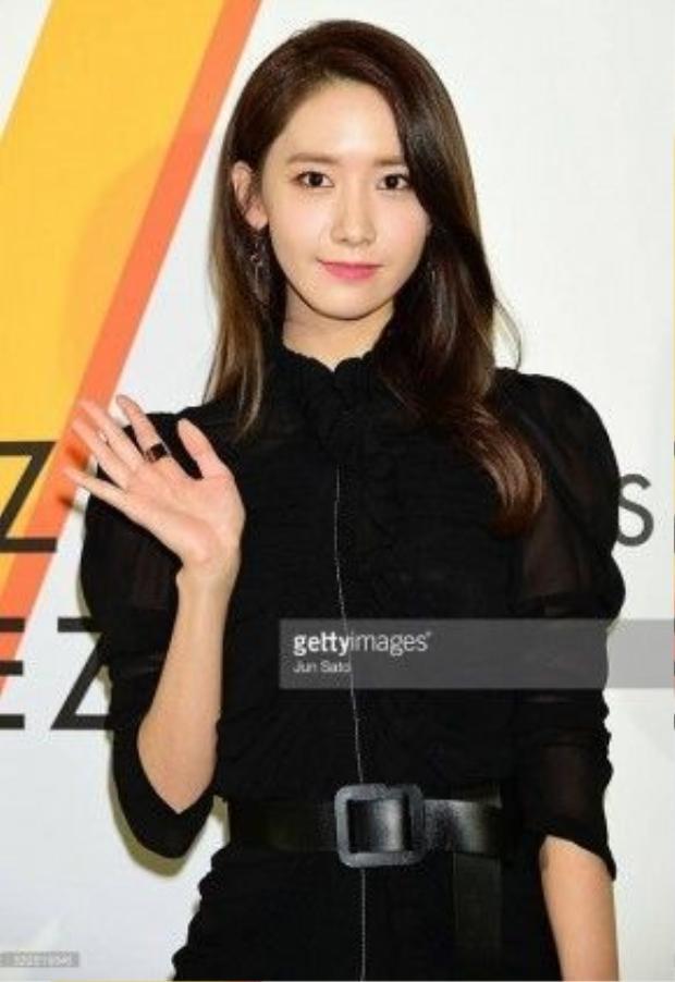 Yoona (SNSD) quyến rũ với đầm đen. Cô trẻ trung khoe làn da mịn màng.
