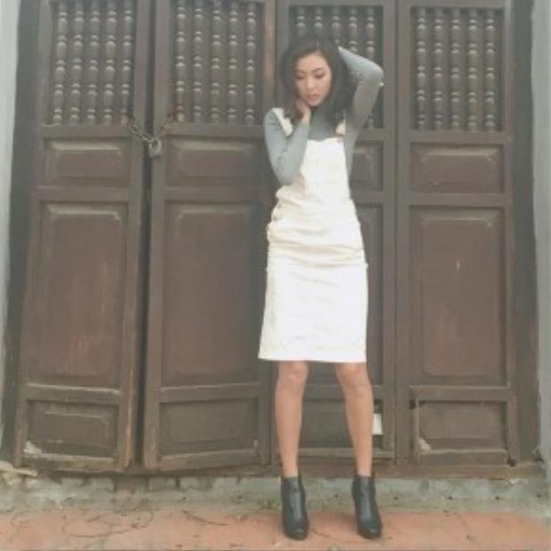 Á hậu Thuý Vân xuống phố cùng váy yếm denim trắng. Người đẹp nhấn nhá bằng đôi bốt ankle thời thượng cho set đồ.
