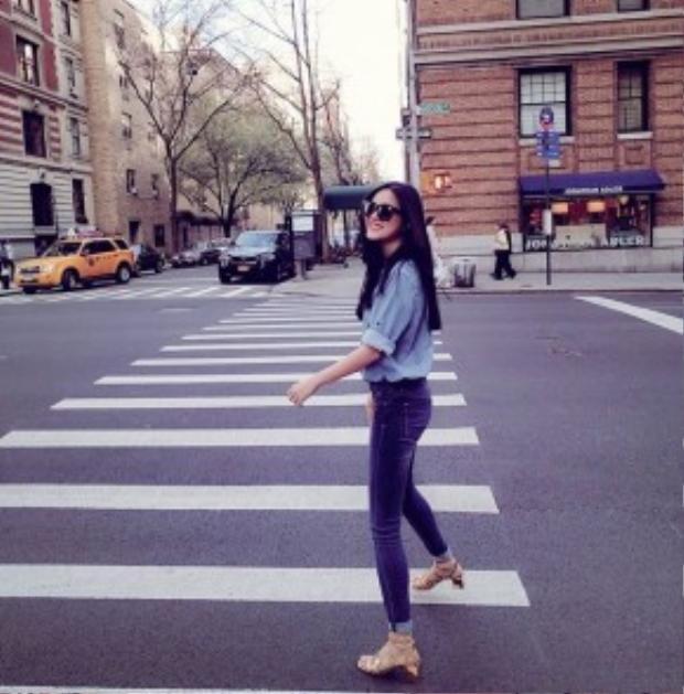 Tuyết Lan khoe streetstyle hơi hướng denim-on-denim. Cô nàng phối cùng giày sandals ánh kim cùng kính mát đen thời thượng.