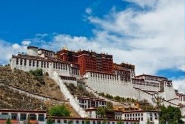 Công trình cao 13 tầng, được xây dựng từ thế kỷ thứ 7, sau đó được trùng tu lại vào thế kỷ 17.