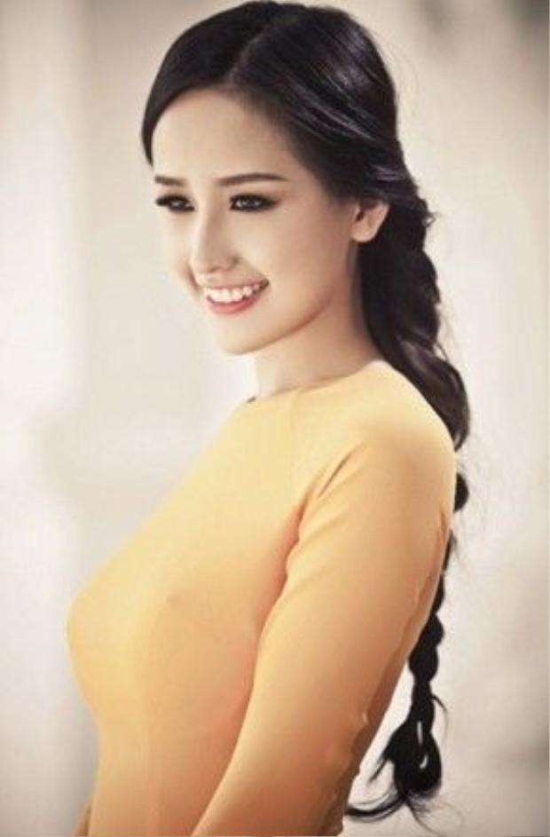 Hoa hậu Mai Phương Thúy thường xuyên chọn cho mình kiểu tóc hiền dịu này khi kết hợp với những trang phục nhẹ nhàng, thanh thoát như áo dài truyền thống, váy xòe duyên dáng…