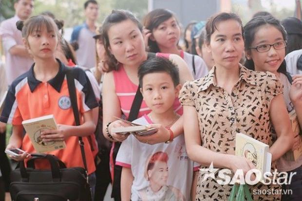 Bố Thanh Duy hộ tống hai mẹ con đi giao lưu với fan
