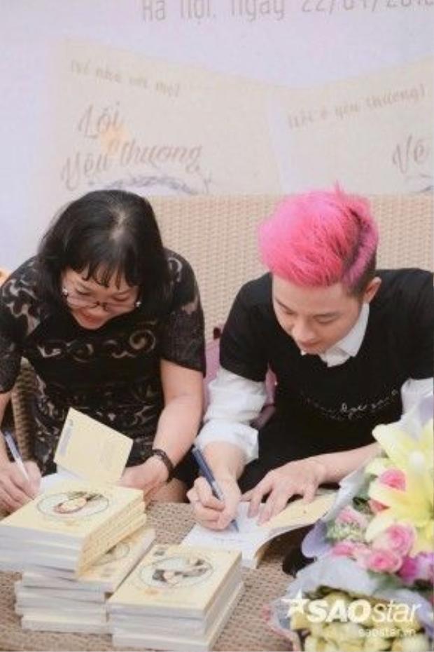 Hai mẹ con Thanh Duy vừa giao lưu, vừa ký sách tặng mọi người.