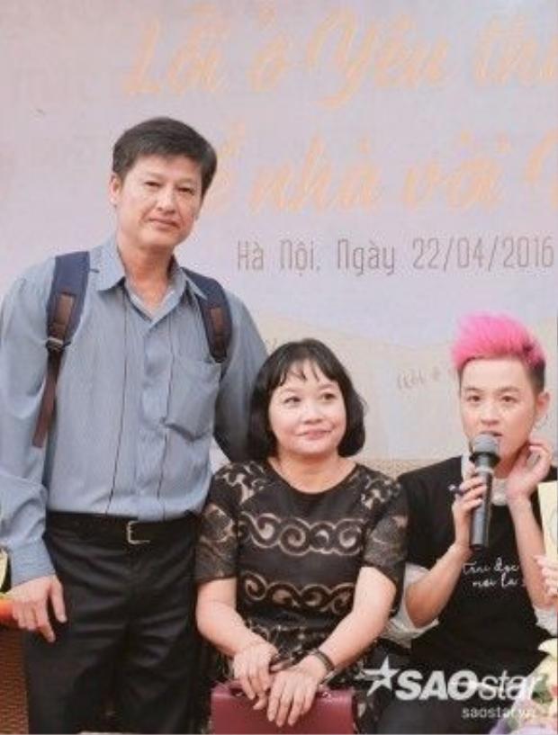 Bố Thanh Duy cũng có mặt với hai mẹ con nam ca sĩ trong buổi giao lưu ở Hà Nội.