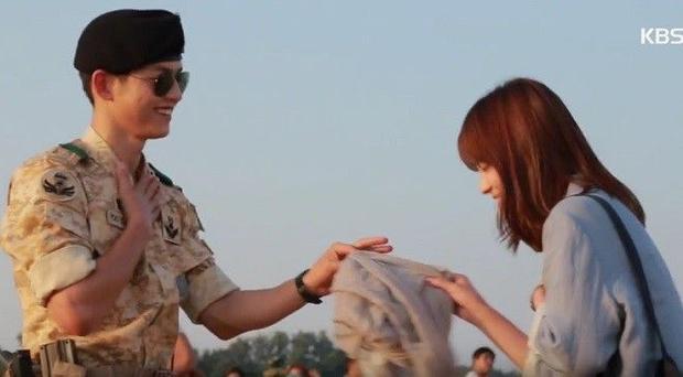 Song Joong Ki hiện nguyên hình nhắng nhít trên phim trường Hậu duệ mặt trời