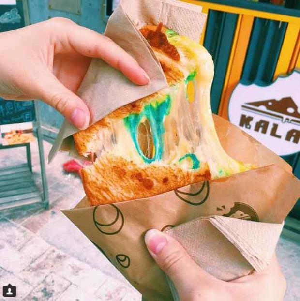 Người Hong Kong phát cuồng với món bánh mì nướng phô mai cầu vồng