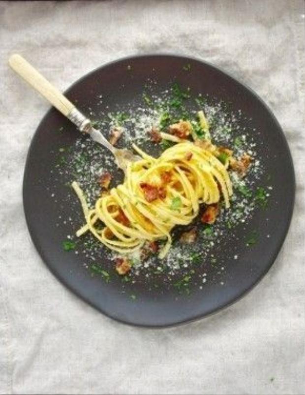 Món ăn này có tên gọi là Spaghetti a la Carbonara. Nó bao gồm mì Ý, thịt lợn xông khói, trứng đánh và phô mai.