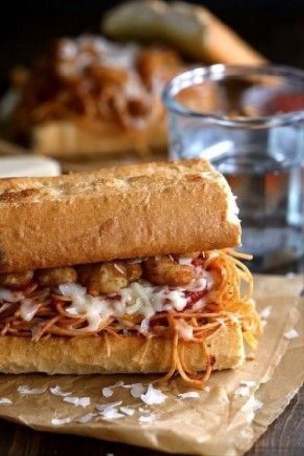 Việt Nam là thiên đường của bánh mì. Tại sao không kết hợp bánh mì và spaghetti nhỉ? Hãy dùng món spaghetti truyền thống làm nhân bánh mì và thêm vào một vài con tôm lăn bột để tăng chất đạm nhé.