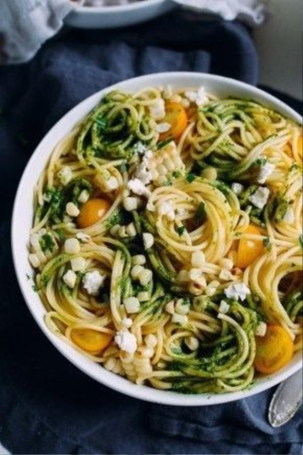 Thêm một gợi ý cho các fan spaghetti thích ăn chay. Món mì Ý này có ngô luộc, cà chua bi và quả bơ xay.