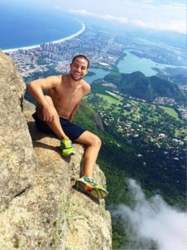 Thường thì mọi người đều ngồi và tạo dáng như anh chàng Renan Serrano này.