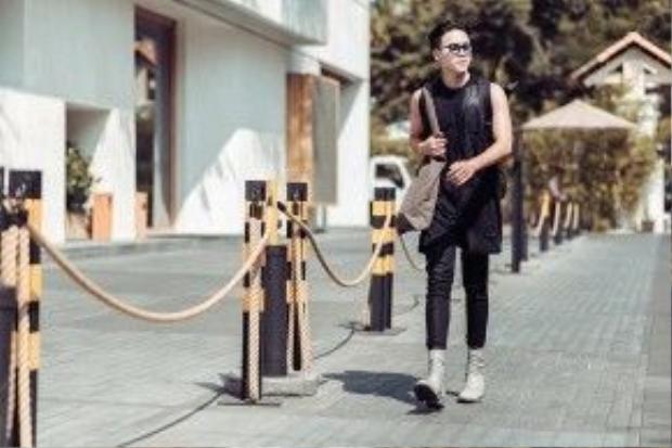 Màu đen dường như là sự ưu ái hàng đầu của những ông hoàng thời trang đường phố. Fashionisto Nguyên Huy cũng không phải là một ngoại lệ.