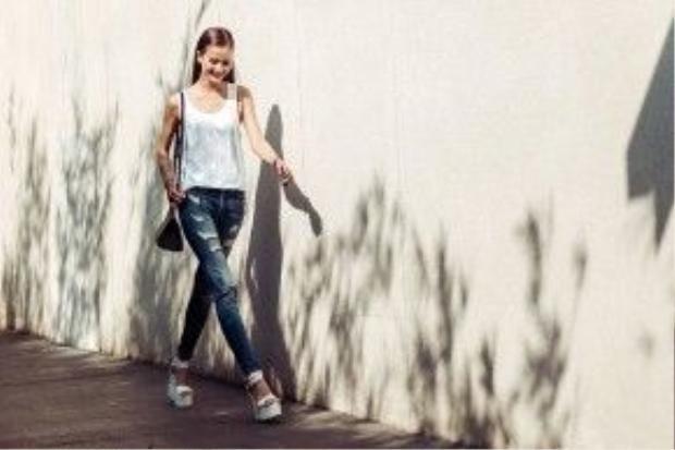 Hương Ly - quán quân Vietnam's Next Top Model tới buổi tổng duyệt với trang phục vô cùng đơn giản. Cô diện quần jean rách cùng áo tanktop trắng.