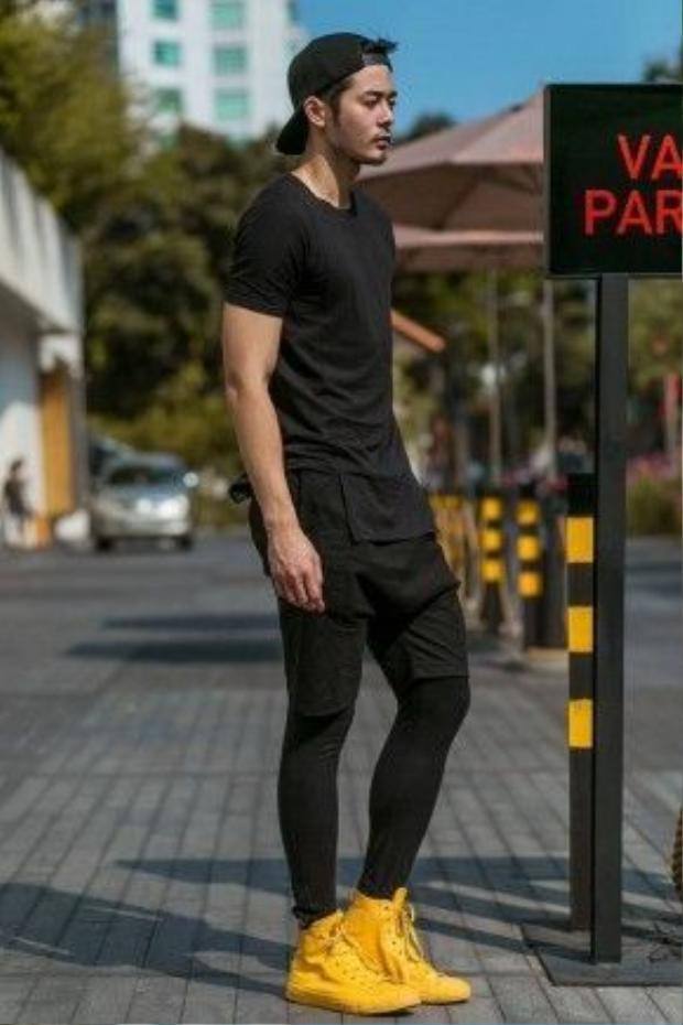 Nam người mẫu Dương mạc Anh Quân đơn giản với sắc đen từ đầu đến chân. ĐIểm nổi bật duy nhất có lẽ là đôi giày màu vàng vô cùng chói của anh chàng.
