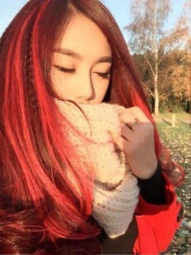 Light tóc màu hồng rực rỡ hơn dưới ánh nắng chiều, nếu không thích diện cả cây tóc hồng thì cách đơn giản nhất hãy tách từng lọn tóc và nhuộm light chúng đi.