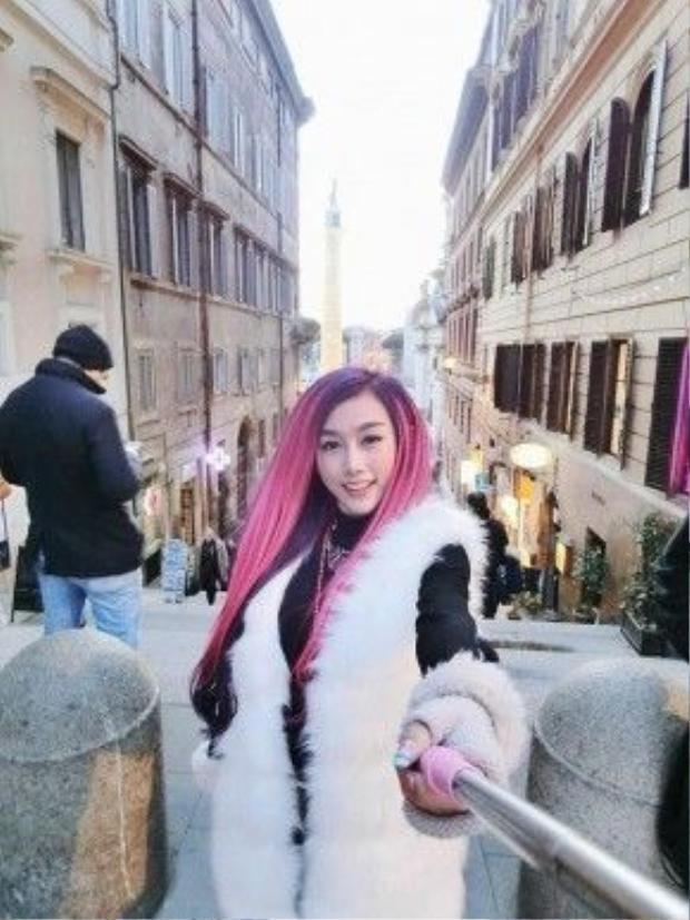 Mái tóc hồng dần dần được người đẹp chuyển sang style tóc tím, hot trend trong các màu tóc nhuộm xuân hề 2016 này.