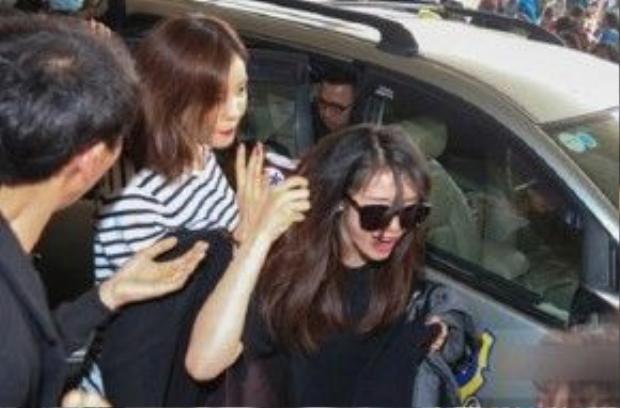 Jiyeon (thành viên của nhóm nhạc nữ T-ara) cũng gặp sự cố bị fan Việt giật tóc trong cảnh hỗn loạn ở sân bay Tân Sơn Nhất.
