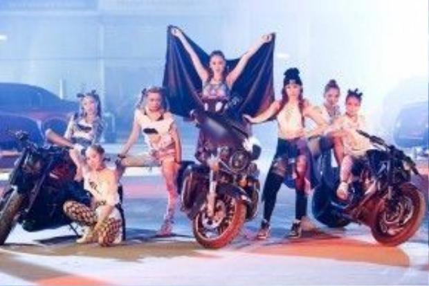 Loạt xế 'khủng' xuất hiện trong MV Dựa.