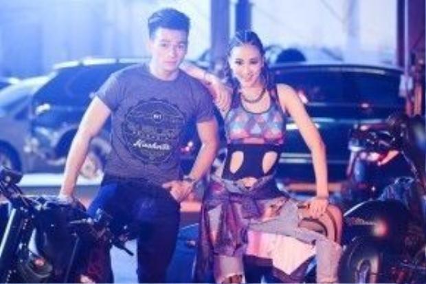Bên cạnh việc khoe giọng hát, vũ đạo và phong cách thời trang ấn tượng, Maya còn có phần kết hợp đầy ăn ý với bạn diễn Lê Xuân Tiền - mỹ nam sở hữu ngoại hình điển trai cùng chiều cao 1m85.