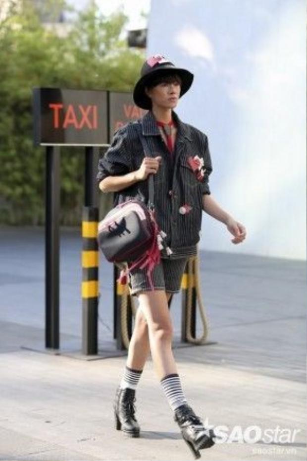 Cô nàng gây chú ý với phụ kiện và túi tông màu đỏ bắt mắt đến từ Liuliu Boutique.
