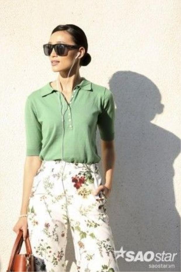 Người mẫu Trang Khiếu bắt kịp xu hướng hè này cùng quần ống rộng họa tiết hoa lá. Bộ đồ cô đang mặc đến từ thương hiệu Cocosin.
