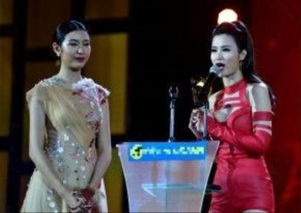 Đông Nhi hạnh phúc nhận giải thưởng Nữ ca sĩ được yêu thích nhất.