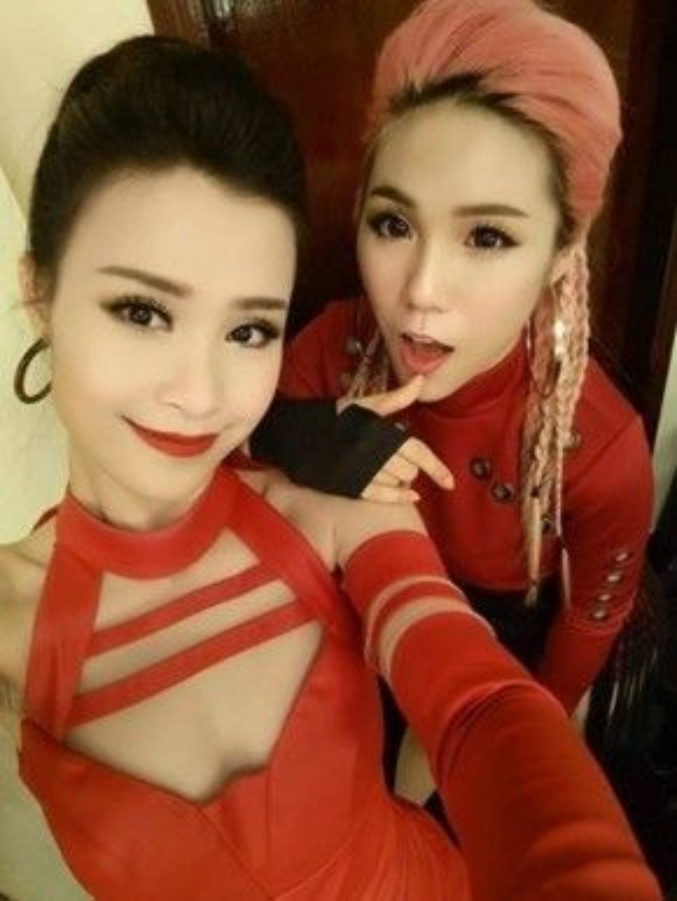 Ca sĩ Đông Nhi và Rapper Mei nhí nhảnh selfie trong hậu trường lễ trao giải.