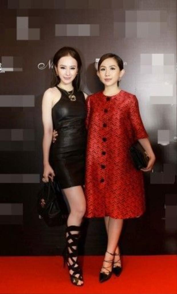 Được biết, sau Hồ Ngọc Hà, Phương Trinh là nghệ sĩ Việt tiếp theo được thương hiệu nổi tiếng Versace chọn là nghệ sĩ đồng hành trong các sự kiện giải trí. Trong ảnh là Angela Phương Trinh và người chị thân thiết - fashionista Trâm Nguyễn.