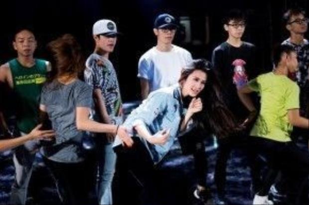 Đông Nhi đã có một buổi tổng duyệt căng thẳng cho bản mash-up loạt hit: Shake The Rhythm - Boom Boom - Pink Girl.