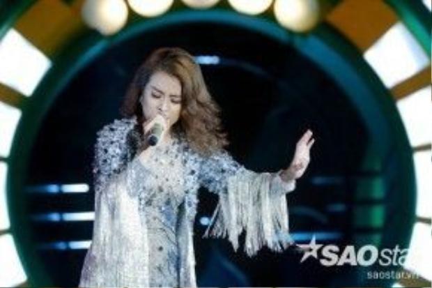 Hoàng Thuỳ Linh thu hút mọi ánh nhìn trên sân khấu…