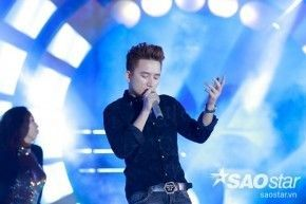Anh nhận được sự hưởng ứng nhiệt tình từ khán giả khi hát theo ca khúc hit đình đám này.