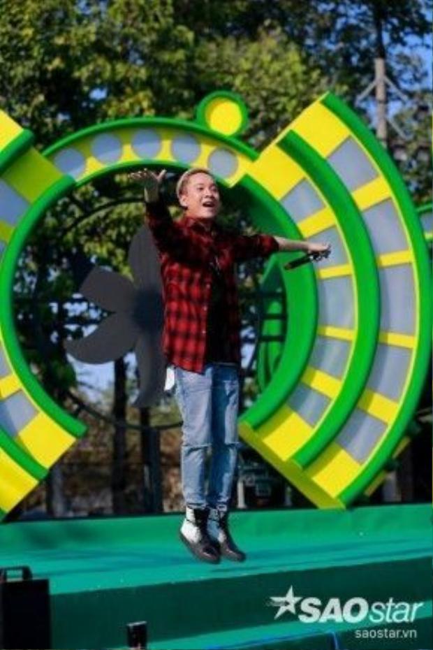 JustaTee trẻ trung xuất hiện trên sân khấu.